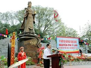 Từ cô gái hái dâu thành người phụ nữ quyền lực nhất sử Việt