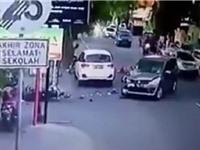 """CLIP HOT NGÀY 28/7: Bị hất văng lên trời khi """"đấu đầu"""" ôtô, xe không người lái gây tai nạn kinh hoàng"""