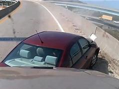 CLIP HOT NGÀY 29/7: Người đẹp gây tai nạn khi thay áo khi lái xe, trăn khổng lồ nuốt gọn linh dương