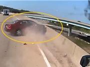 Clip: Cô gái gây tai nạn chỉ vì... vừa lái ôtô vừa thay áo