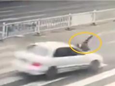 Clip: Cô gái bị xe tông chỉ vì... tránh nước ướt người
