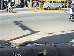 Xe máy bị Ford Transit kéo lê giữa đường, xe hơi mất lái đâm thẳng vào cửa hàng xe máy