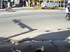 CLIP NHỮNG TAI NẠN GHÊ RỢN NHẤT TUẦN: Xe máy bị Ford Transit kéo lê giữa đường, xe hơi mất lái đâm thẳng vào cửa hàng xe máy