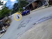 """Clip: Vào cua ẩu, xe máy bị xe bán tải tông ngã """"sấp mặt"""""""