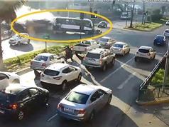 Clip: Mất phanh, xe tải ủi bay xe buýt, gây tai nạn kinh hoàng