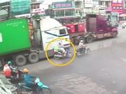 Clip: Vượt ẩu, xe container suýt gây tai nạn thương tâm cho xe máy