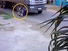 Clip: Gây tai nạn cho xe máy, xe tải bỏ chạy