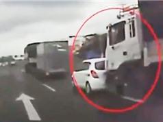 """Clip: """"Thót tim"""" với cảnh xe tải tông ôtô trên Quốc lộ 51"""