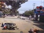 CLIP HOT NGÀY 2/8: Dính tai nạn thảm khốc vì vượt đèn đỏ, lợn rừng truy đuổi báo