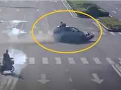 Clip: Ôtô vượt đèn đỏ, húc người phụ nữ điều khiển xe máy bay lên nóc