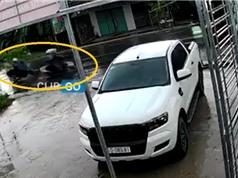 """Clip: Vượt ẩu dưới trời mưa, xe máy gây tai nạn ngã """"sấp mặt"""""""