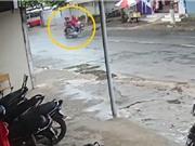 Clip: Hai thanh niên gây tai nạn rồi dửng dưng bỏ chạy