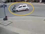 Clip: Chạy với tốc độ cao, nam thanh niên tông vào taxi văng cả chục mét