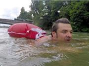 Ngán ngẩm cảnh tắc đường, người đàn ông bơi 2km mỗi ngày để đi làm