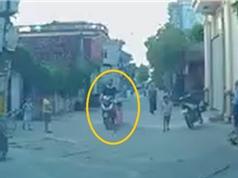 Clip: Lao sang đường, em bé bị xe máy tông