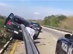 Clip: Kinh hoàng cảnh Volkswagen Golf bị barrier đâm xuyên