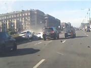 Clip: Jaguar XKR gây tai nạn kinh hoàng vì chạy đua trên đường
