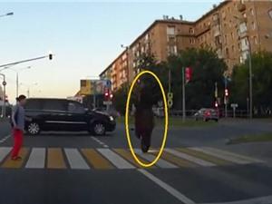 Clip: Vượt đèn đỏ, Biker tông mạnh vào SUV tử vong tại chỗ