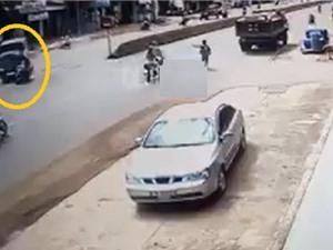 Clip: Nam thanh niên phóng nhanh, tông cực mạnh vào xe tải