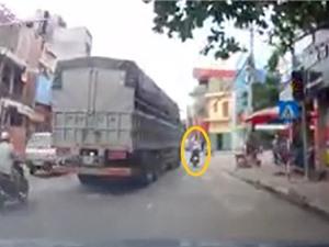 Clip: Xe tải cua ẩu, tông thẳng vào người phụ nữ ở Bắc Ninh