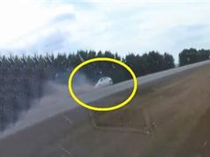 Clip: Ôtô Honda gặp tai nạn thảm khốc vì vượt ẩu