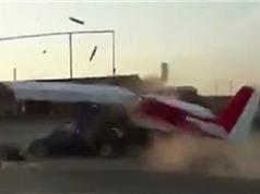 Clip: Máy bay đâm nát ôtô khi đang cất cánh