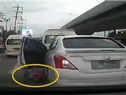"""Clip: """"Thót tim"""" cảnh đứa bé rơi từ ôtô xuống đường thoát nạn nhờ cú co chân"""