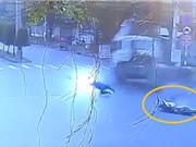 """Clip: """"Ớn lạnh"""" cảnh xe container tông xe máy khiến 3 người tử vong tại TPHCM"""