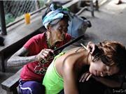 Nữ nghệ nhân 100 tuổi xăm hình bằng tay ở Philippines