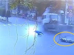 CLIP NHỮNG TAI NẠN GHÊ RỢN NHẤT TUẦN: Container tông xe máy khiến 3 người tử vong tại TPHCM, Toyota Fortuner tông Taxi nát bét tại Đà Nẵng