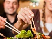 """Gắp thức ăn chung """"tặng"""" nhau nguy cơ mắc các bệnh dạ dày"""