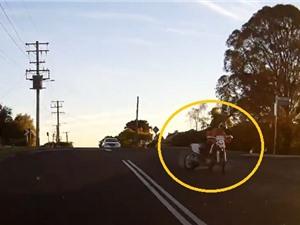 """Clip: Ôm cua gấp, biker ngã """"sấp mặt"""" trước đầu ôtô"""