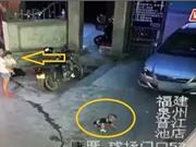 Clip: Phẫn nộ cảnh người phụ nữ bồng con dửng dưng nhìn bé trai bị ôtô cán