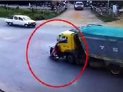 Clip: Xe máy bị xe ben tông văng ra đường, 1 người tử vong tại chỗ