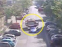 Clip: Siêu xe Porsche bất ngờ đạp phanh, chặn đầu xe cứu hoả