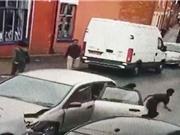 Clip: Lái xe gây tai nạn, 9 cậu bé lập tức bỏ trốn
