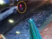 """Clip: Chạy sang đường """"hồn nhiên"""", bé trai bị xe bán tải tông văng ra đường"""
