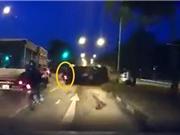 Clip: Hãi hùng cảnh ôtô tông vào con lươn, lật nhào, gây tai nạn