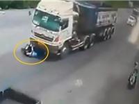 Clip: Dừng xe máy trước đầu xe container, người đàn ông bị kéo lê một đoạn đường dài