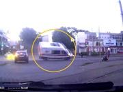 Clip: Xe cứu thương chạy với tốc độ cực nhanh gây tai nạn, suýt lật tại ngã tư