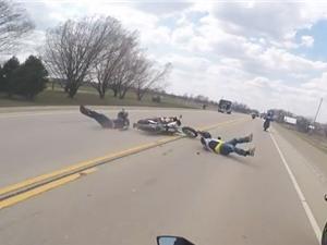 Clip: Biker tông trúng con chó, gây tai nạn liên hoàn