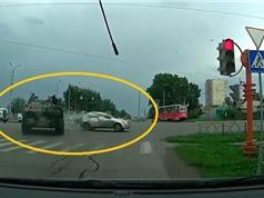 Clip: Vượt đèn đỏ, xe tăng tông trúng Kia Cee'd rồi bỏ đi ở Nga