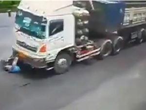 CLIP HOT NGÀY 18/8: Xe cứu thương gây tai nạn khi phóng nhanh, container kéo lê người trên đường