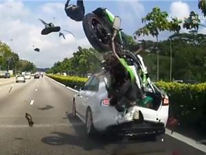 Clip: Môtô tông xe hơi cực mạnh, 2 người trọng thương