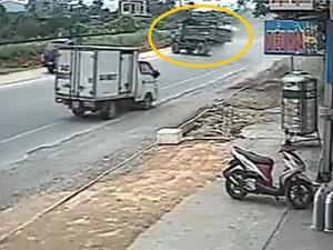 Clip: Kinh hoàng cảnh xe ben mất lái, lao lên đường ray xe lửa