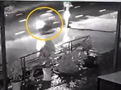 Clip: Chạy nhanh trong đêm mưa, nam thanh niên tông vào cột điện