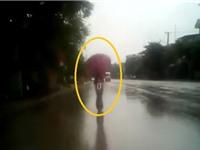 Clip: Dán mắt vào điện thoại, nữ sinh tông vào đuôi ôtô ngã