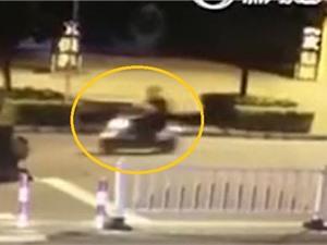 Clip: Phóng xe thẳng xuống hố tử thần vì mải dùng điện thoại