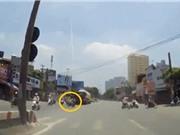 Clip: Hai xe máy tông nhau ở ngã tư, suýt bị xe bồn cán qua người