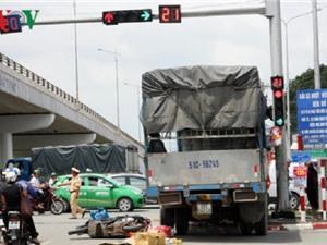 Clip: Xe tải tông thẳng vào 2 xe máy đang chờ đèn đỏ tại Đồng Nai